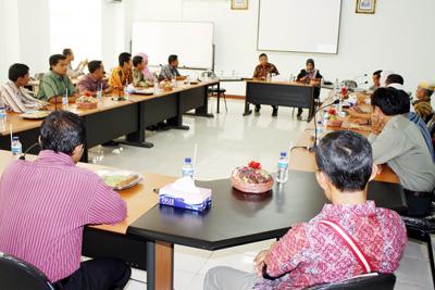 SHARING: Para rombongan dari UIN Riau menyimak penjelasan dari Rektor UIN Maliki Prof. Imam Suprayogo di ruang pertemuan Rektorat Lt.3.